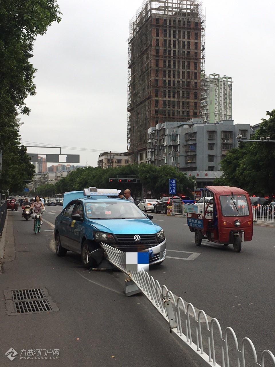 车头稀烂!资阳龙汇超市外,一出租车撞上马路上的护栏!