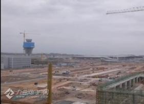 分享两段视频,带你看成都天府国际机场的建设现场实况!站在楼顶的视角喔!