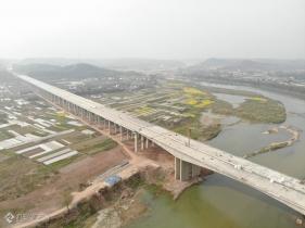 成资渝高速沱江特大桥复工有序推进中,来几张航拍河友看看