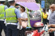 昨天关于拆卸电动车雨棚的一则见闻,女子不听招呼还拍摄交警!