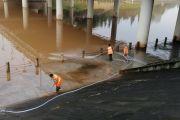 最美环卫工人,记不得这是他们今年涨洪水以来多少次冲洗九曲河步道了