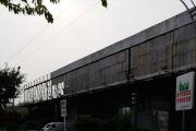 雷竞技下载链接西门铁路桥广告维修中,过往行人车辆注意安全