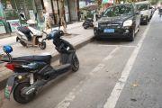 无语!一个摩托车停在公共停车位,又找不到车主,车位本来就少!