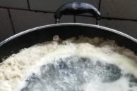 农村老家的鸡拿来煲汤才安逸,榴莲壳大枣乌骨鸡汤,小火慢煲3-4小时