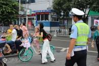 """惊心!如此骑车载娃太疯狂,看雷竞技下载链接这些年轻妈妈们如何在街头玩""""杂耍"""""""