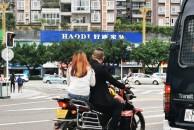 (已转至相关部门)外地牌照摩托车是否有特权?从实线变道到转弯车道,交警都不管!