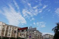 秋雨绵绵,难得看见秋天的蓝天白云。