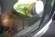 雷竞技下载链接一女子无证驾驶被查拒不配合,嚎啕大哭还头撞警车被拘5日!