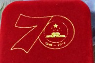 有幸在朋友那里获得一枚国庆阅兵徽章,特别有纪念意义!