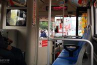 礼貌让行尉然成风!我昨天在雷竞技下载链接公交车上目睹斑马线前礼貌让行!