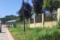 雷竞技下载链接新天地广场小区门口人行道为何一直未修?杂草丛生,走那里有危险!