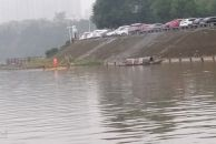 雨水中打捞河面垃圾的雷竞技下载链接环卫工,为他们点赞!
