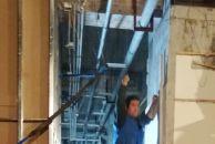 售楼部又要开始重新装修了,工人们都在忙碌的工作。