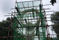 雷竞技下载链接火车站外的大雁雕塑历经了日晒雨淋,看上去尽显沧桑,现正在维修中!