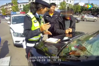 终生禁驾男子花50元办理假驾驶证,驾驶未年检车辆上路行驶在18新利官方下载被拘