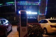 谁能看懂这是啥情况?雷竞技下载链接滨江路安装的充电桩停车位,每天晚上都被私家车霸占了!
