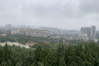 大雾天能见度不高,这张全景都照的远处的建筑朦朦胧胧