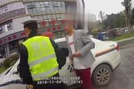 18新利官方下载男子无证毒驾载妻女上路被查,拘留15天并强制戒毒!