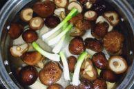 秋高气爽适合吃清淡滋补的饮食,做了道北方人喜欢的小鸡儿炖蘑菇!
