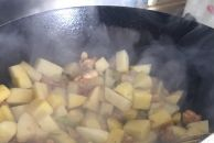 今天买了几个鸡腿做了个咖喱土豆鸡块,与大家分享一下我的制作方法
