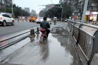 乐虎app手机版沱三桥进城方向,刚下完桥非机动车道一直有积水,行人根本没法过!