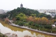 航拍雷竞技下载链接三贤公园,一座古朴的廊桥横跨蜿蜒的九曲河上,是一个休闲玩乐的好地方!