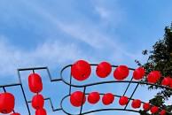 雷竞技下载链接沱江边打造了美景,有挂满红灯笼的拱型长廊,还有一片美丽的芦苇荡!