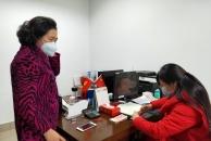 疫情无情,18新利官方下载有爱!一位名叫何志彬的姐姐提着2万元现金到市慈善总会捐款!