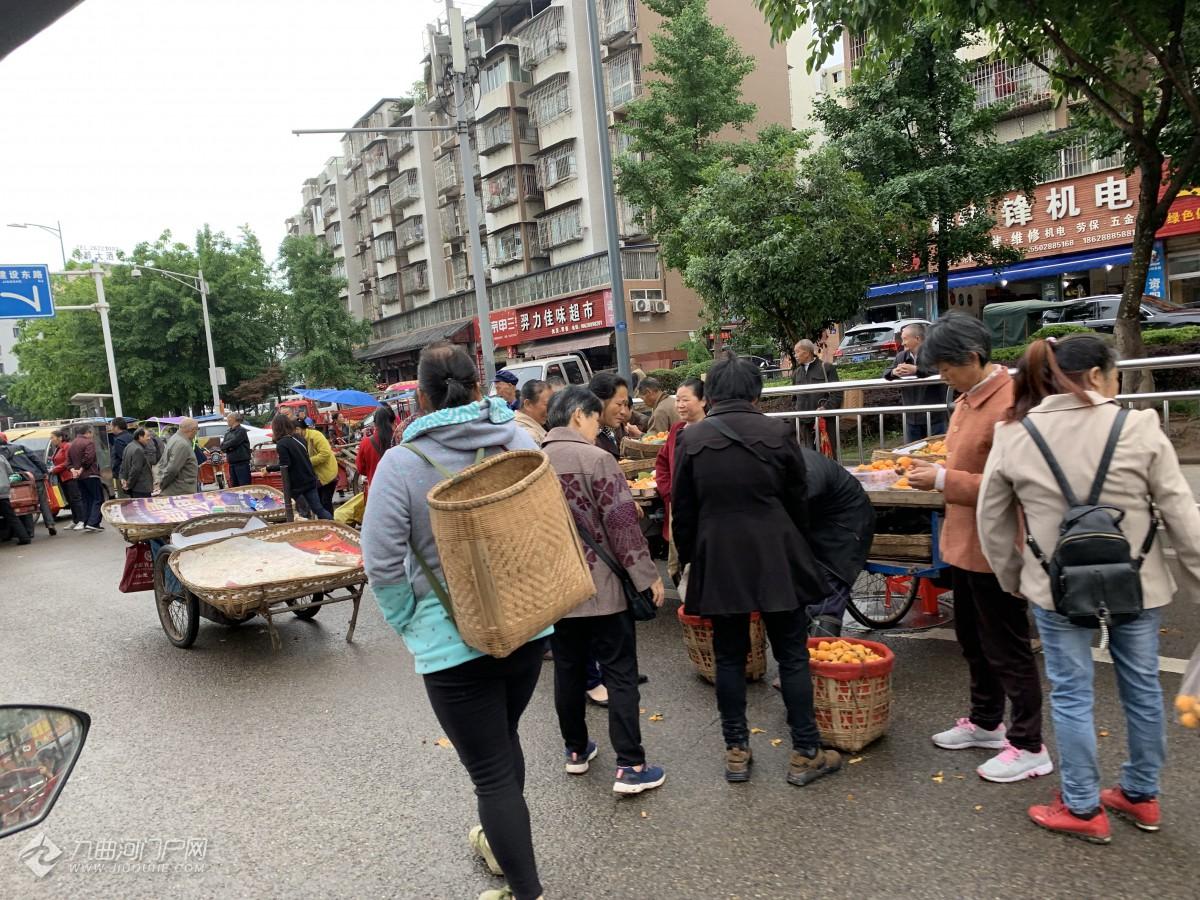 枇杷大量上市沱一桥桥头堵成水果市场,建议在客运中心旁规划农贸市场!