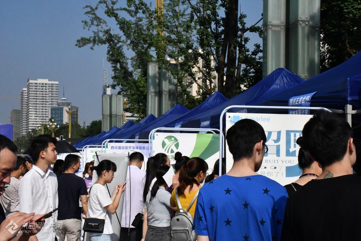 资阳2019双创周大型招聘会在九曲广场成功举办