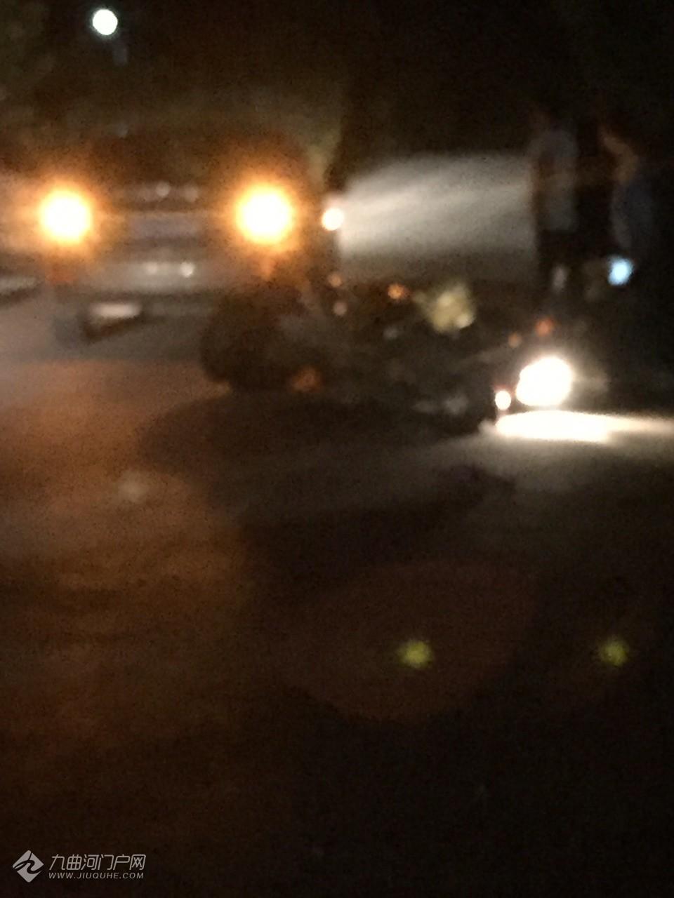 资资路上发生了车祸事故,一辆摩托车和小车相撞,伤势不详