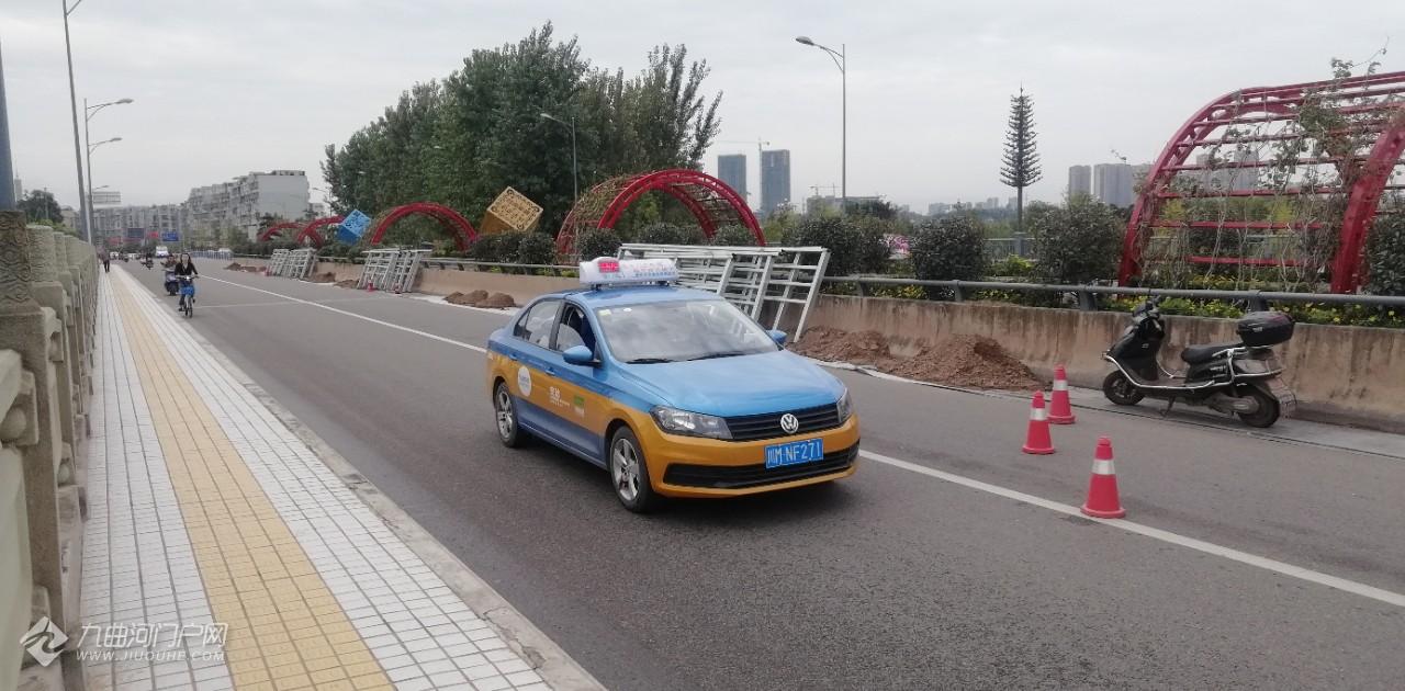 【图片+视频】资阳东门大桥中间,工人忙碌地安装防护栏!