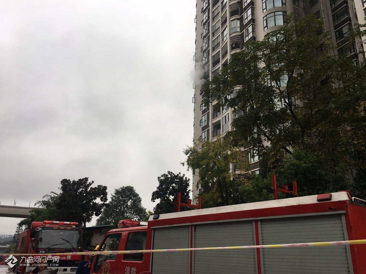 资阳世纪城桂花苑一高楼住家发生火灾,窗外看到明火燃烧,消防车已赶往现场... ... ... ... ... ... ... .. ...