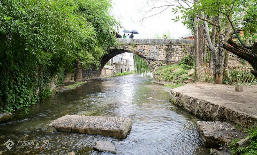 青龙桥建于明朝万历年间,距今已有 400多年历史,全部由石块垒砌,为丽江古石桥之最。.jpg