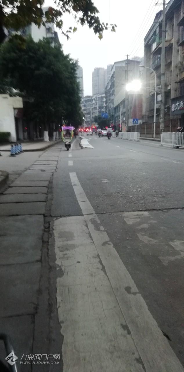 资阳外西街水工局外面围栏倒在公路边上,这是人为还是什么情况?!