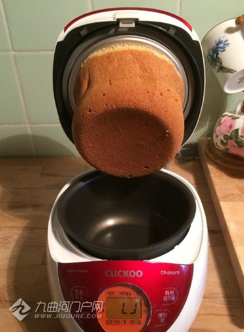 周末第一次用电饭锅做蛋糕,结果最终是这个样子,我简直都不想说啥子了! ... ...
