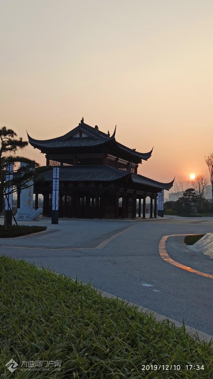 雁城八景之一的雁江古渡,岸边的雕塑再现了昔日古码头人来人往,繁忙的景象 ...
