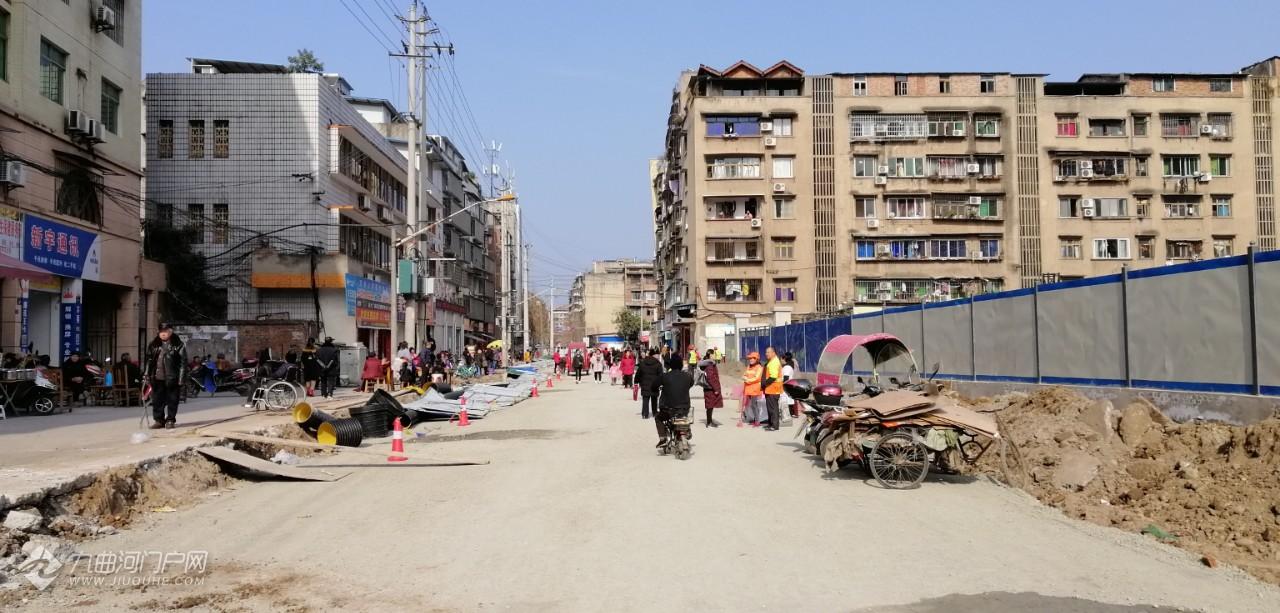 (后续报道)马家巷街改造已经撤掉工程围棚,行人可从已铺装的碎石街面通行 ... ...