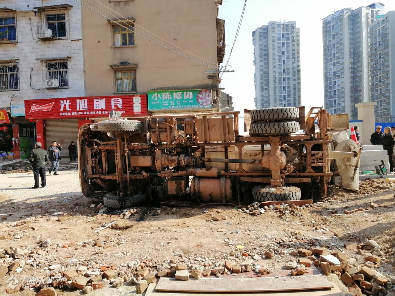 资阳马家巷街改造施工中,一辆砼车侧翻在施工现场,所幸无人员受伤(现场多图) ...