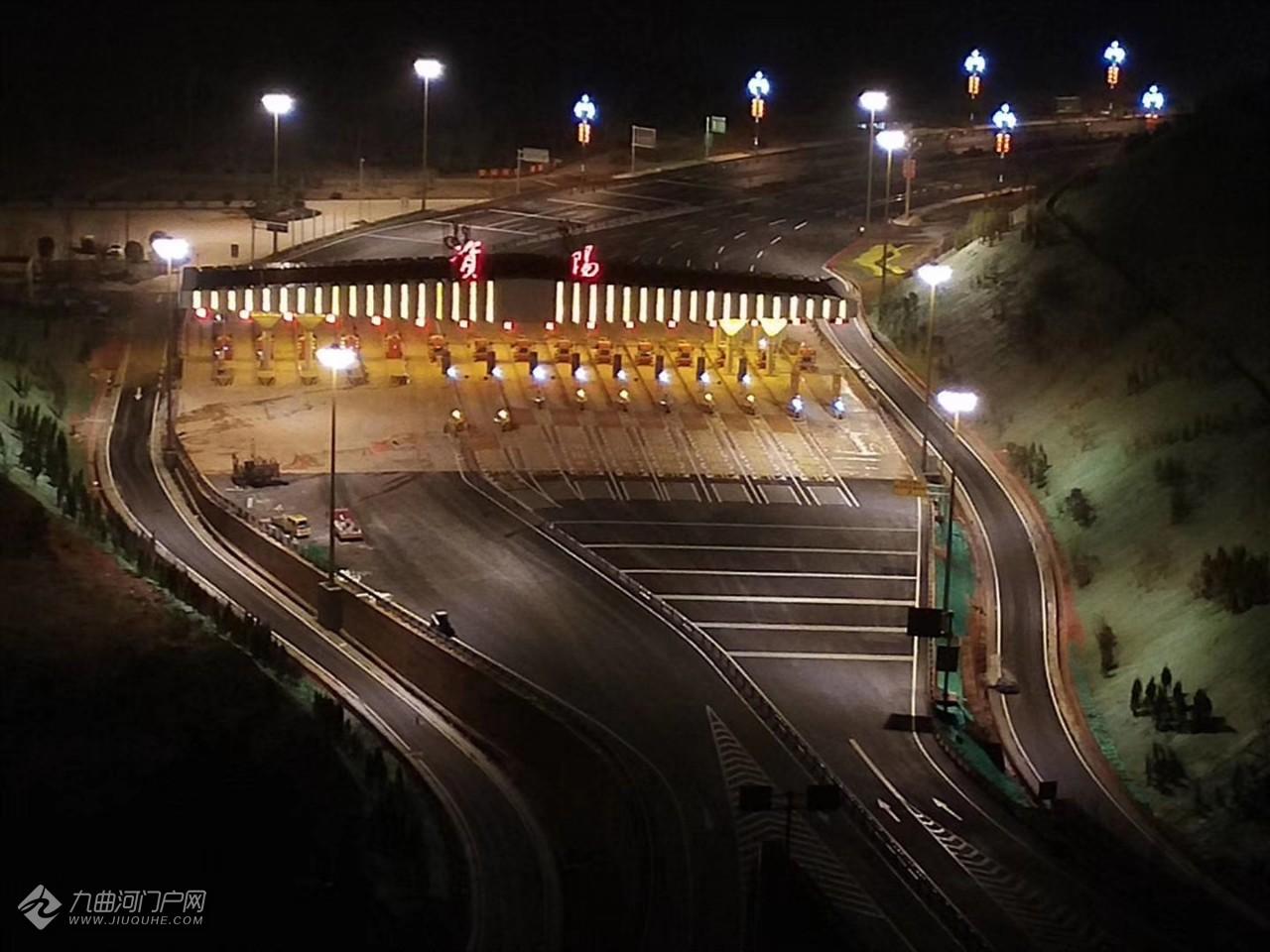 夜晚的成渝高速资阳站!大家是不是很期待13好正式启用通车?
