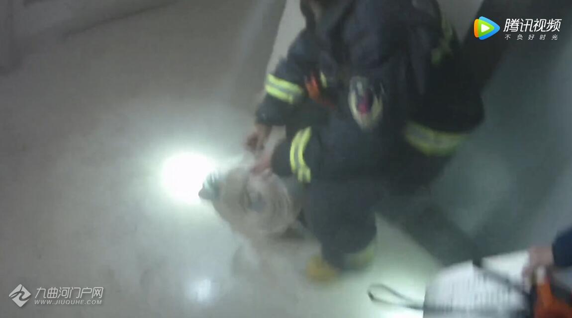 四川资阳一高层民房起火,消防成功营救2名儿童!附现场视频!