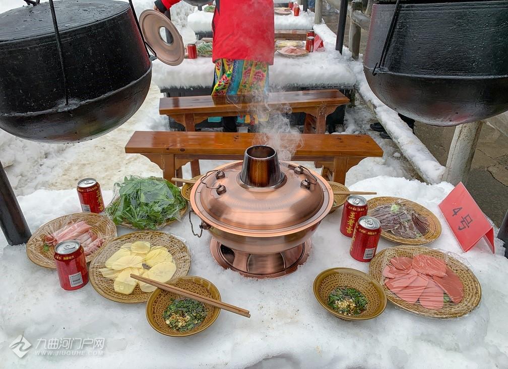 还有在冰天雪地吃的火锅?