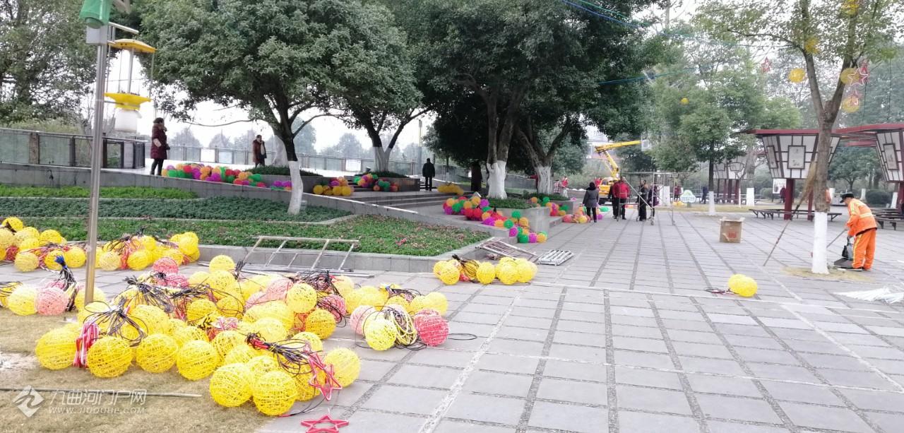 雁城春节亮化工程进行时,张灯结彩年味浓,处处洋溢着要过年的气氛!