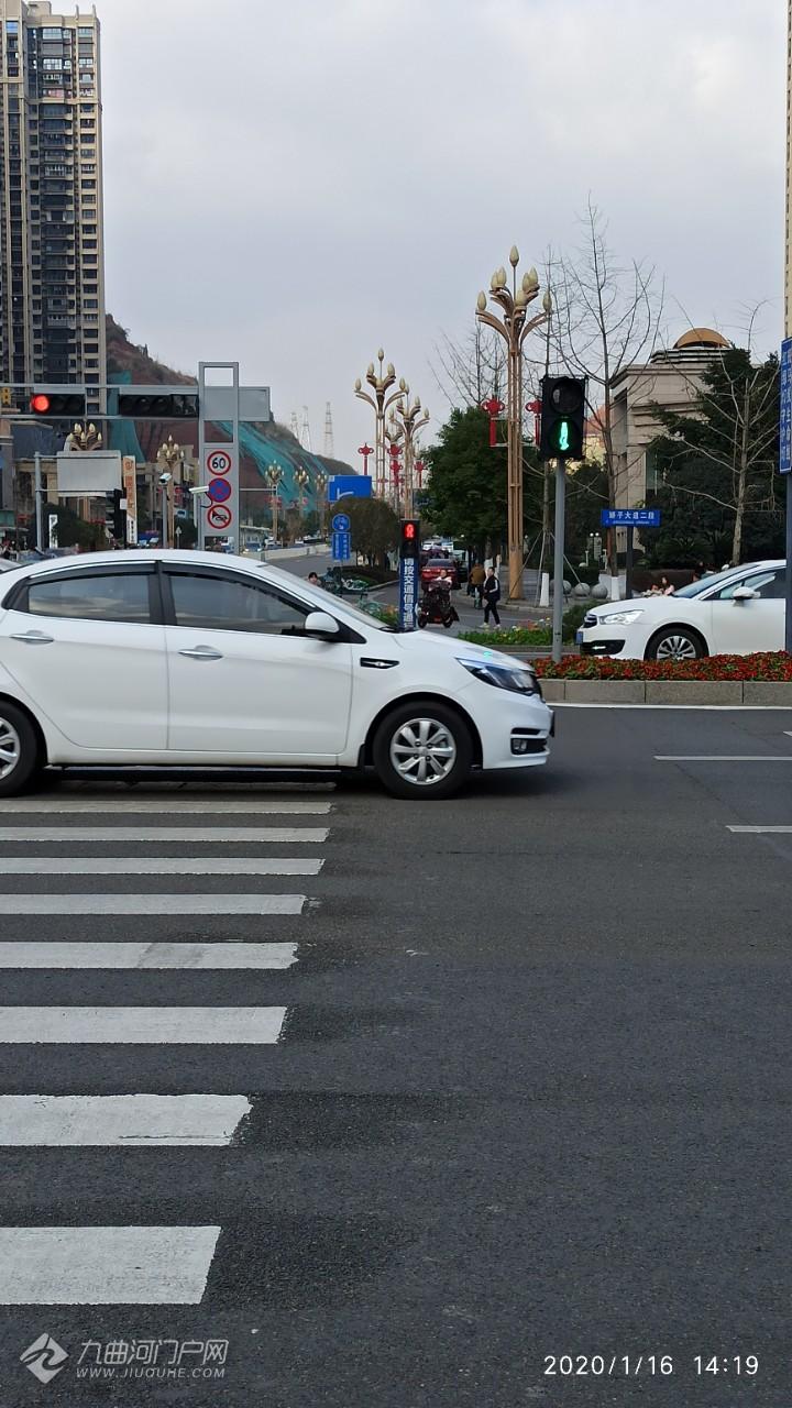 资阳万达路口的红绿灯时间一直很紧张,现在是分段红绿灯,过往行人也从容了许多! ...