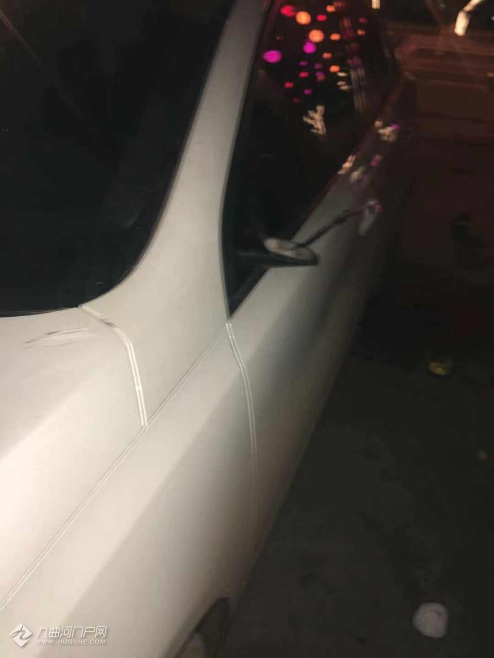 昨晚资阳合行大厦路边停的车被砸,后视镜都成这个样子了!