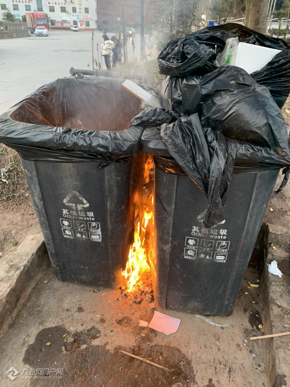 今下午经过资阳长城哈弗4S门口看见两个垃圾桶着火了,新年到了大家一定要注意防火! ...