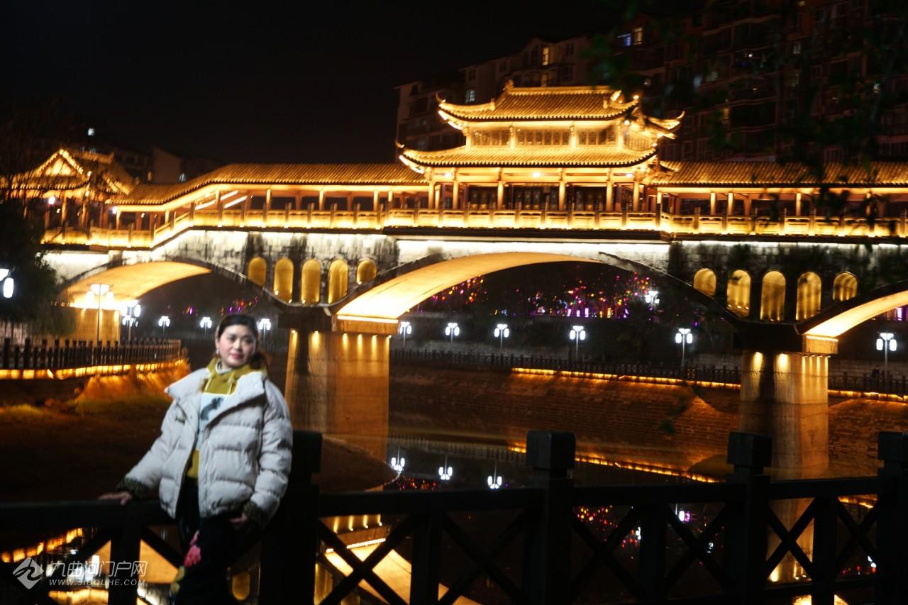 跟着我去逛资阳三贤公园,打卡廊桥夜景。一路的彩灯红的、黄的、紫的分外喜庆! ...