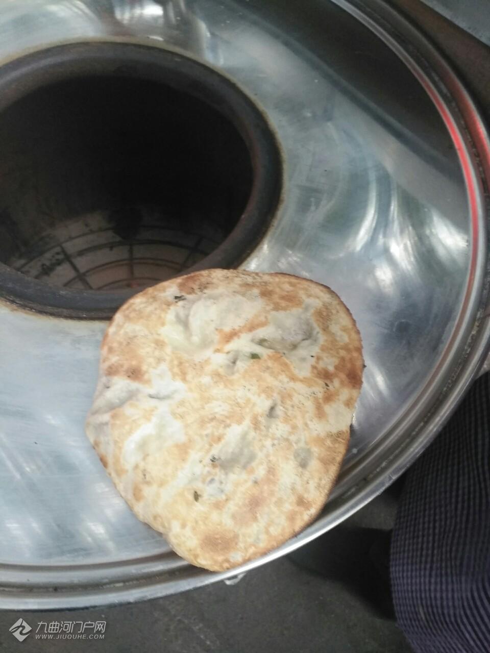 早上上班路上偶遇一个卖烤饼的,不煎,馅多,外脆内酥。各位看官评个价