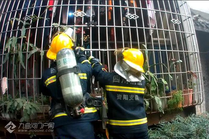 因使用取暖设备不慎,资阳江南花都一民房发生火灾,消防救出被困的近8旬老人! ... ... ...