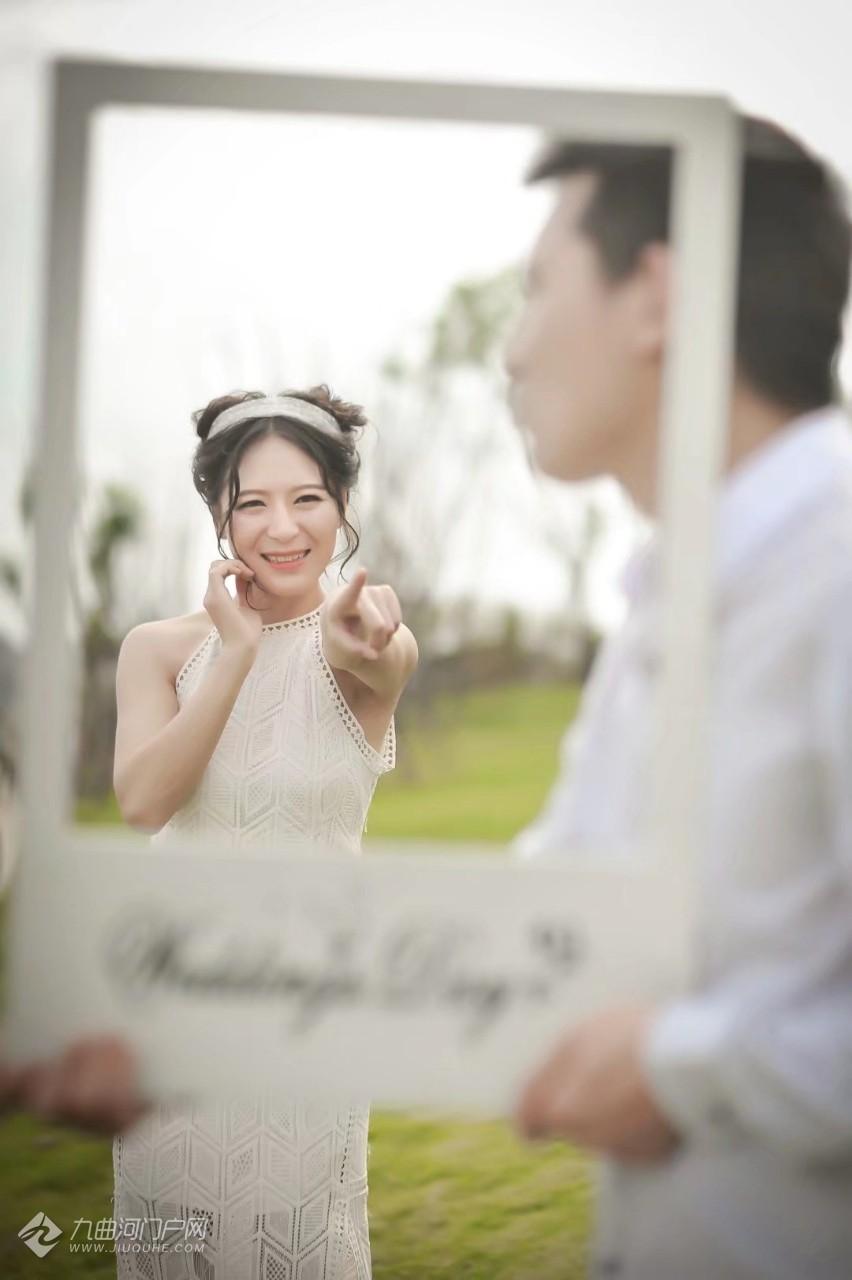 没事翻翻老相册,看到了当年的婚纱照,分享给河友们一起看看!